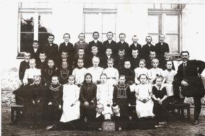 Zdjecie-grupowe_stara-szkola-Brynek-1905-r.
