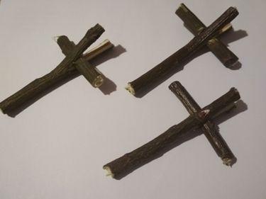 krzyżyki wykonane z palm poświęconych w niedziele palmową