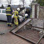 stłuczka przed kościołem w Tworogu - zniszczona brama wjazdowa