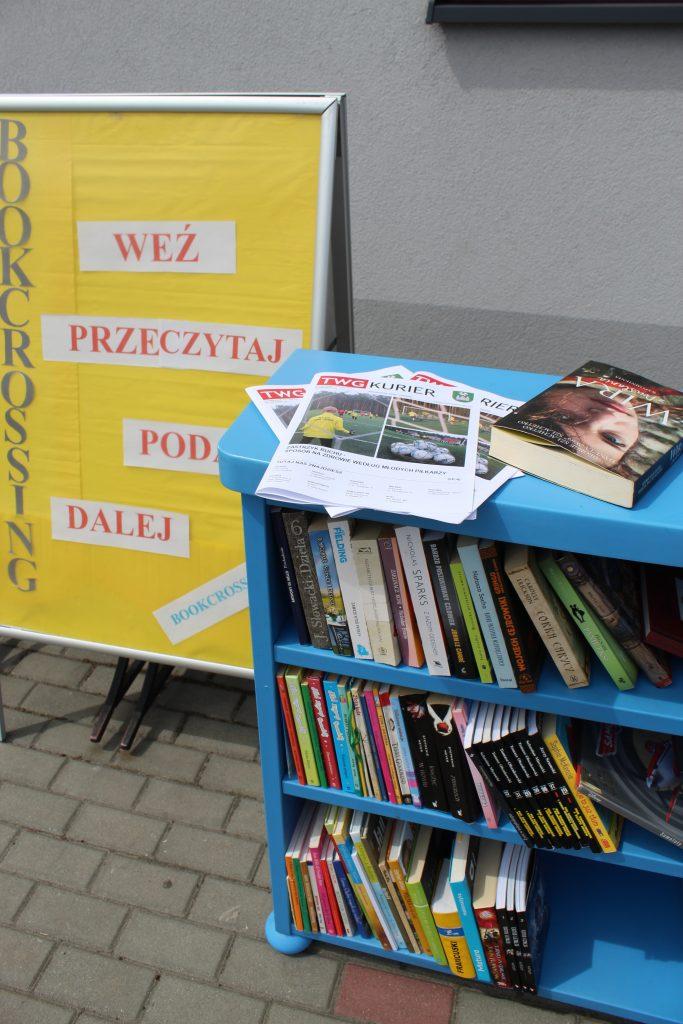 półka z ksiązkami oraz majowym wydaniem twg kuriera