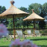 parasole i leżaki nad jeziorem
